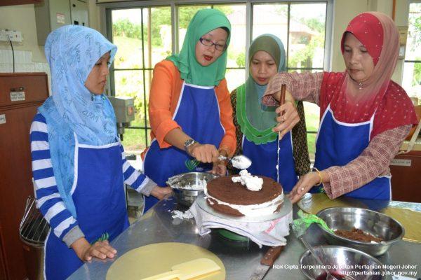 Pusat Pertanian Ayer Hitam anjur kursus pembuatan kek