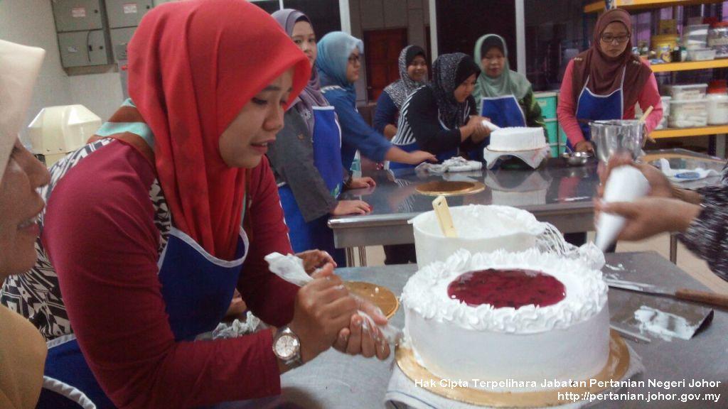 24 usahawan ikuti kursus pembuatan kek